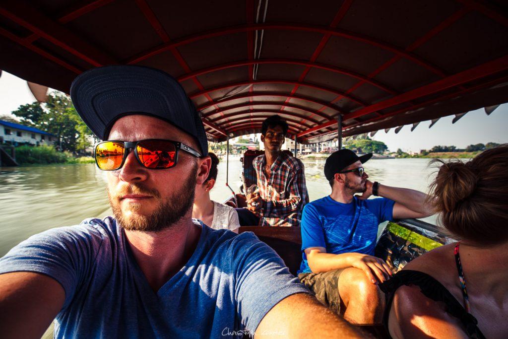 mit dem Boot zu Ayutthayas Tempel