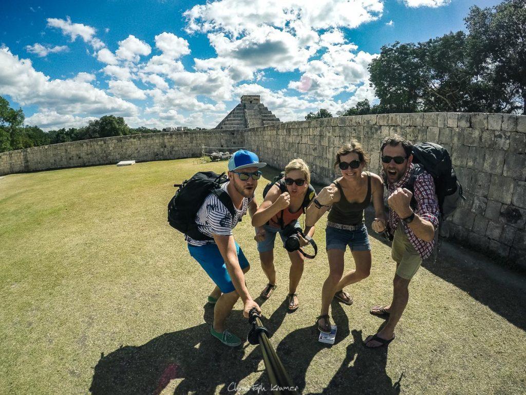 Gruppenfoto am Weltwunder von Chichen Itza