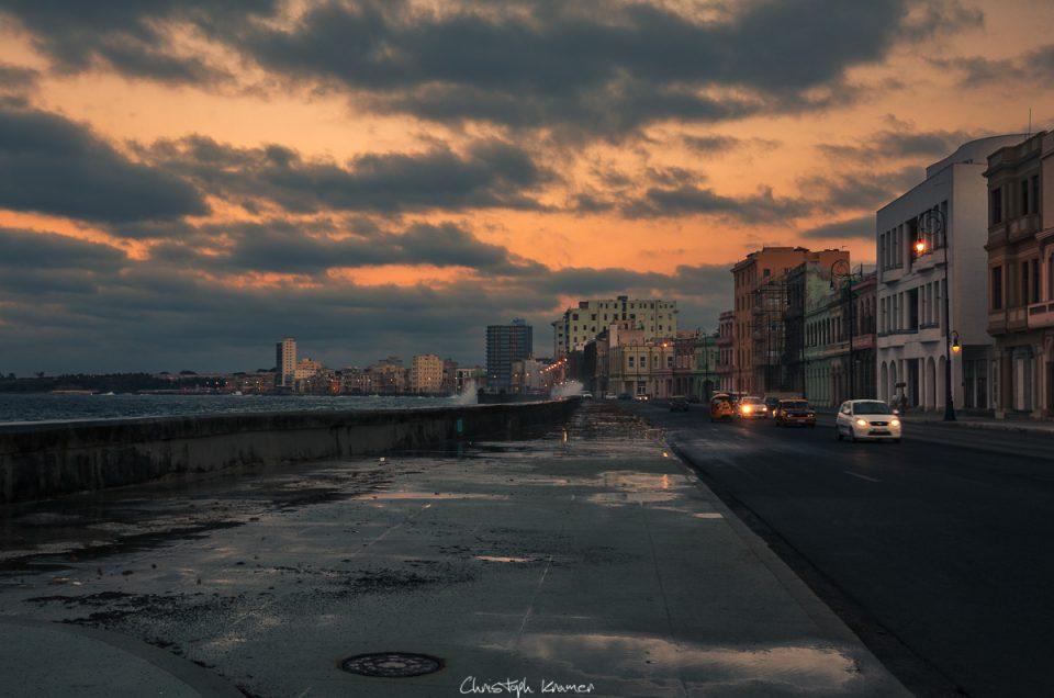Sonnenuntergang in den Straßen von Havanna