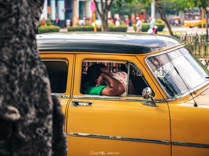 Ein Taxifahrer in der Mittagspause