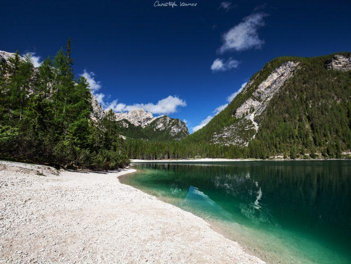 weißer Kieselstrand vom Pragser Wildsee