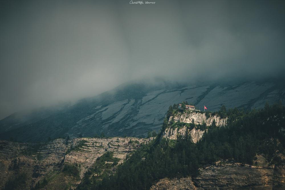 Blick aus dem Tal auf die spektakuläre Lage der Doldenhornhütte.