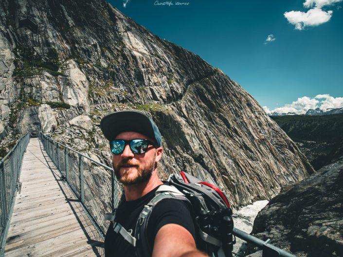 Auf der Brücke über dem GletscherflussAuf der Brücke über dem Gletscherfluss