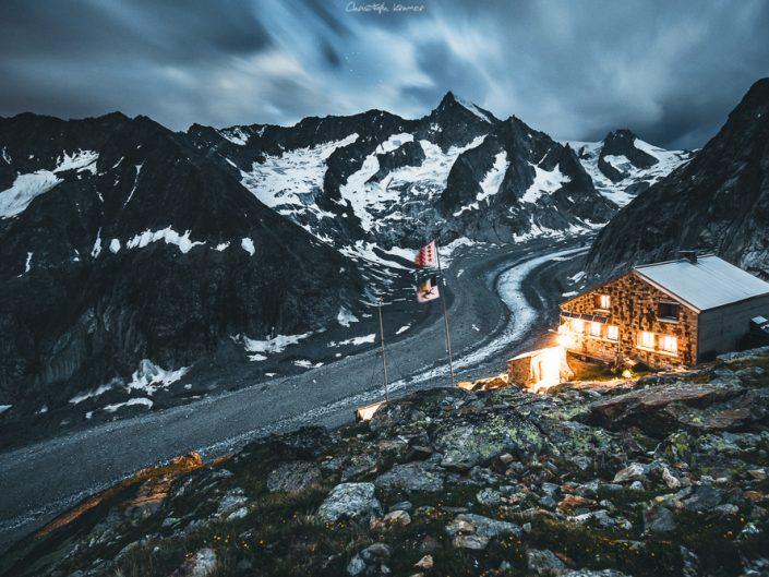 Die Oberaletschhütte bei Nacht