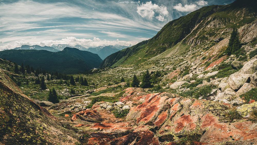 auf der rechten Seite sieht man den Pfad zur Belalp in der rot-grünen Landschaft