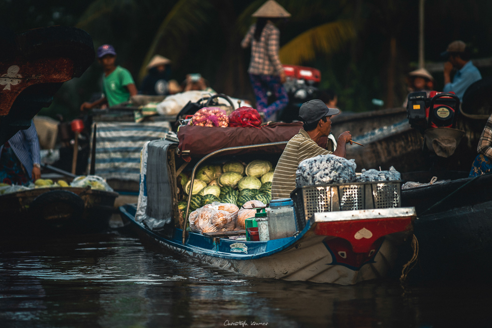 zwischen den Händlern auf dem schwimmenden Markt