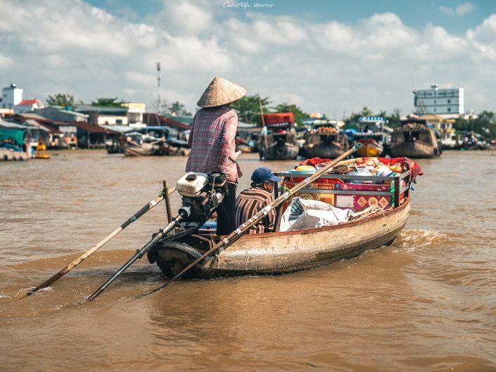 Händler auf dem schwimmenden Markt