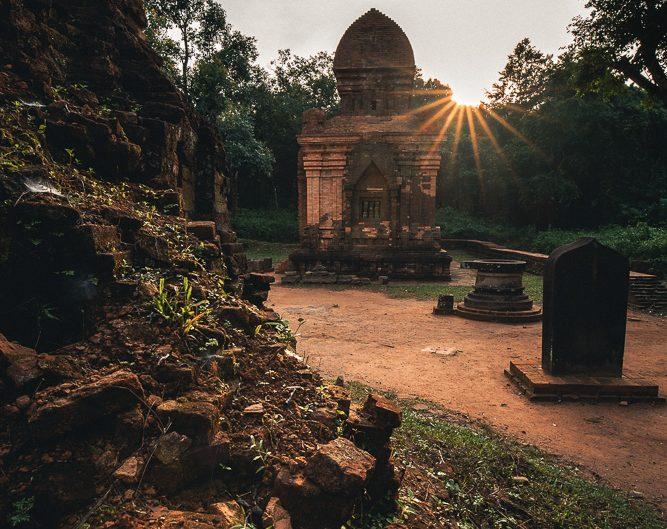 Die Sonne klettert über den Tempel empor