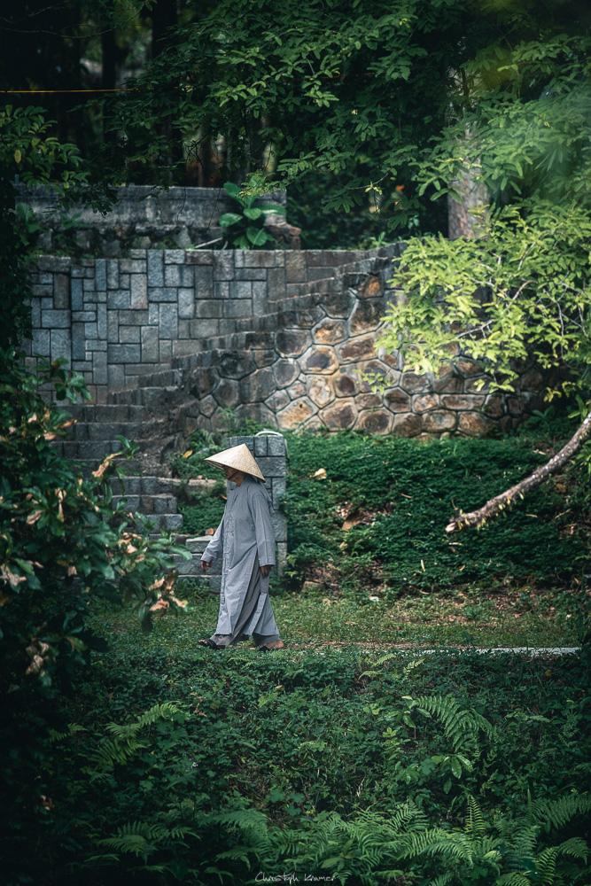 Mönch im Park der Pagode