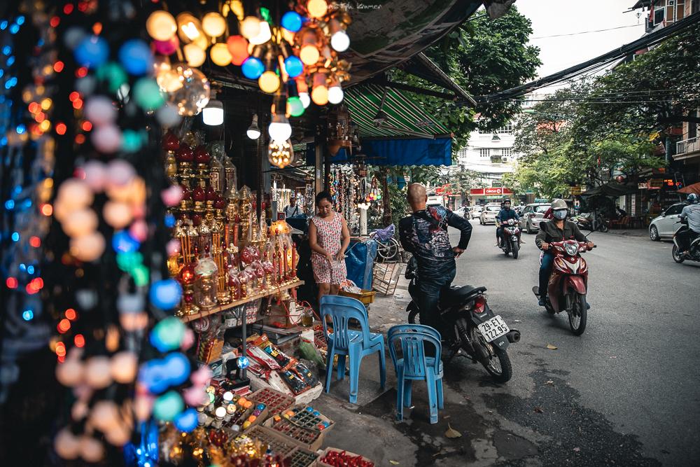 Lampenverkäuferin in Hanoi